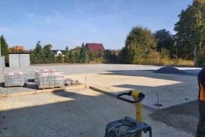 Trwa budowa wielofunkcyjnego boiska przy SP Przezc